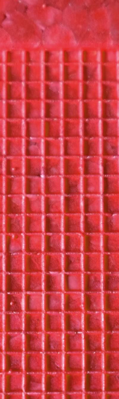 Nahaufnahme von rotem EPP. Das Muster besteht aus kleinen Quadraten, die jeweils leicht nach außen gewölbt sind.